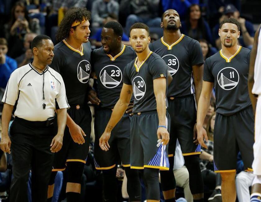 De izquierda a derecha, Anderson Varejao, Draymond Green, Stephen Curry, Kevin Durant y Klay Thompson de Golden State Warriors observan el tablero durante un juego de la NBA. EFE/Archivo