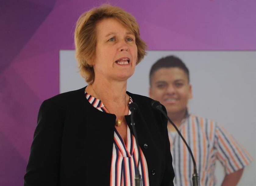 La embajadora holandesa en México, Margriet Leemhuis, participa en la inauguración del túnel de la tolerancia, hoy en Ciudad de México (México). EFE