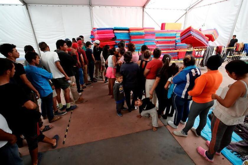 Migrantes reciben colchones hoy, lunes 5 de noviembre de 2018, a su paso por el deportivo Jesús Martínez Palillo, en Ciudad de México (México), donde comenzaron a llegar desde este domingo. EFE