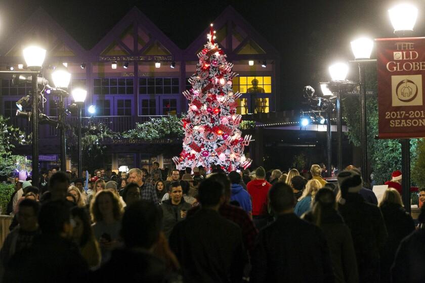 El árbol de navidad frente al teatro The Old Globe durante las noches de diciembre en el parque Balboa en San Diego en diciembre de 2017.
