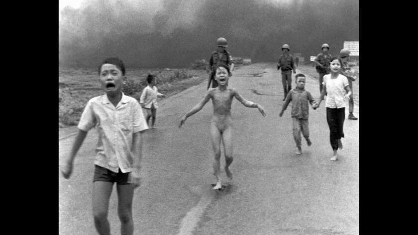 En 1972, Nick Ut captó esta foto de los niños vietnamitas que huían después de un ataque aéreo con napalm (Nick Ut/Associated Press).
