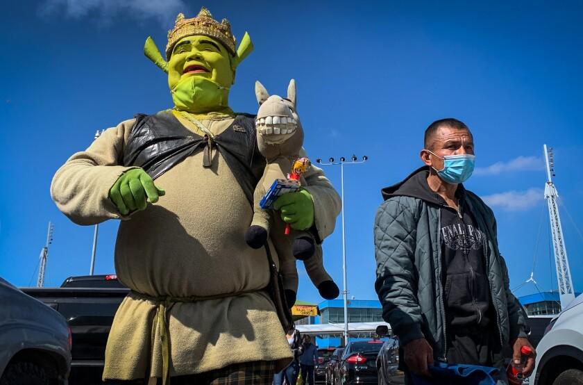 Hugo García disfrazado de Shrek, camina por la garita internacional de San Ysidro
