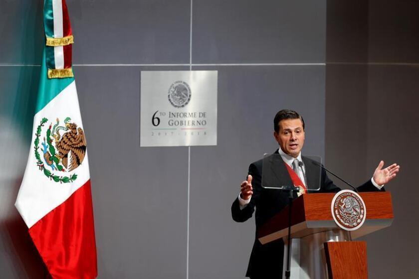 """Peña Nieto califica de """"cuentos chinos"""" versiones de que dejará México"""