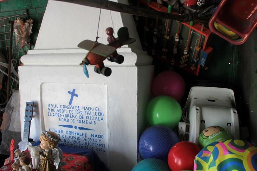 """Fotografía tomada el 26 de octubre de 2017, de decenas de muñecos, peluches y pelotas, entre otros juguetes, que se amontonan sobre la tumba de Raúl González, conocido popularmente como Raulito, un niño mexicano que murió a los diez meses y a los que los habitantes de Acapulco acuden con fe para que les ayude a cumplir sus peticiones. En el Panteón San Francisco, Raulito, fallecido el 2 de febrero de 1933, está enterrado junto a su hermano Elivier, quien murió cinco meses después. La tumba del """"niño milagroso"""" permaneció durante mucho tiempo en el olvido hasta hace aproximadamente 18 años, cuando empezó a ser un referente para los habitantes del lugar. EFE"""