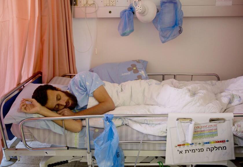 ARCHIVO - En esta fotografía de archivo del miércoles 10 de febrero de 2016, se observa al prisionero palestino en huelga de hambre, Mohammed al-Qeq, en una cama del Centro Médico Emek en Afula. Al-Qeq puso fin a su huelga de hambre de 94 días el viernes 26 de febrero de 2016 luego de llegar a un acuerdo con las autoridades israelíes bajo el cual será liberado en un periodo de tres meses. (Foto AP/Ariel Schalit, Archivo)