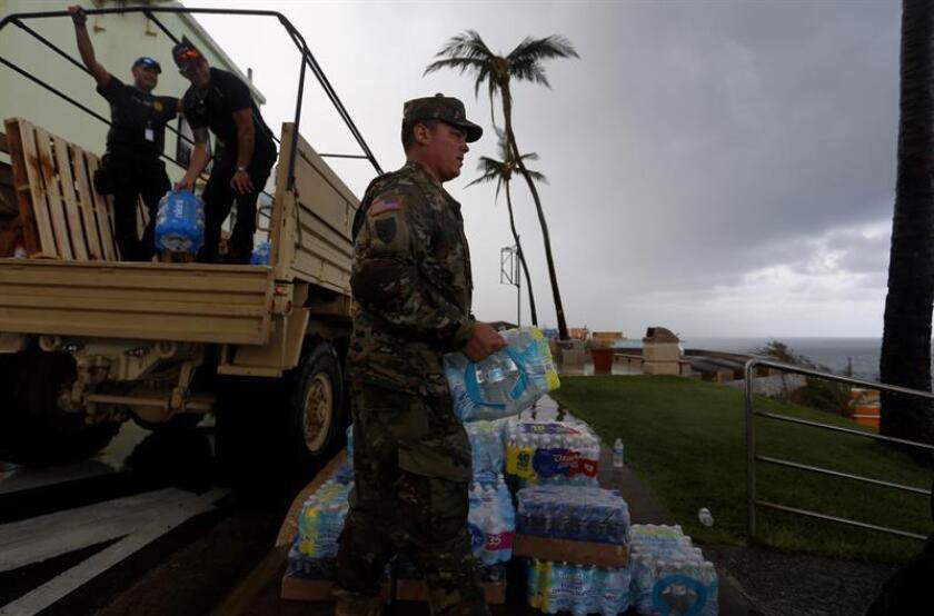 La comunidad de vecinos de La Perla, un barrio costero de San Juan, Puerto Rico, recibe un camión con suministros tras el paso del huracán María. EFE/Archivo