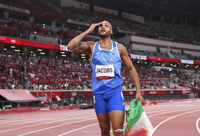 El italiano Lamont Marcell Jacobs celebra después de ganar los 100 metros, el domingo 1 de agosto de 2021, en Tokio. (Cameron Spencer/Pool Photo via AP)