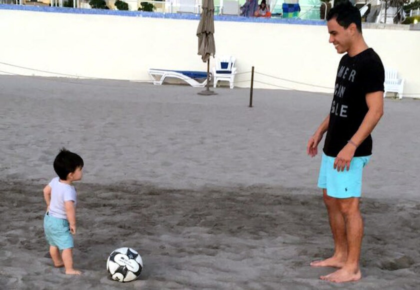 El futbolista mexicano Omar Bravo juega con su hijo.