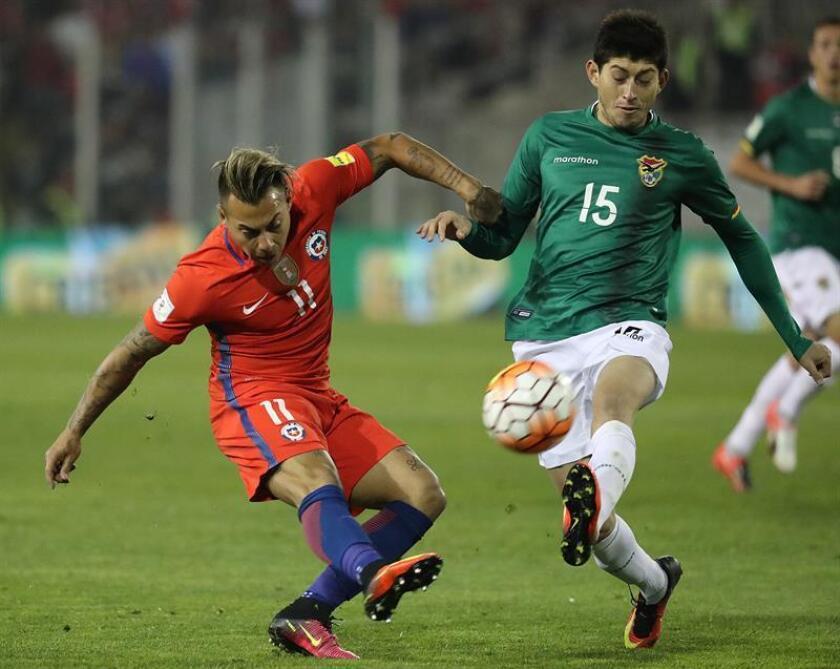 El jugador de la selección chilena de fútbol Eduardo Vargas (d) disputa el balón con Pedro Azogue (i) de Bolivia. EFE/Archivo