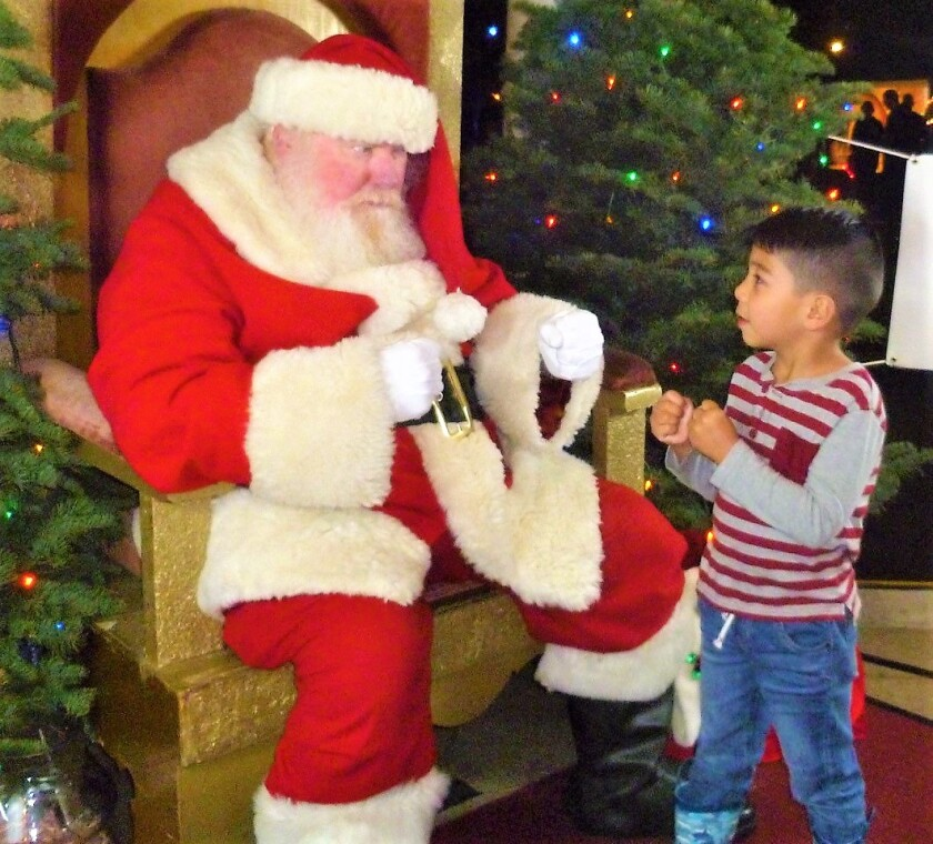 Santa reinacts heavy weight fight that day with young admirer (2).jpg