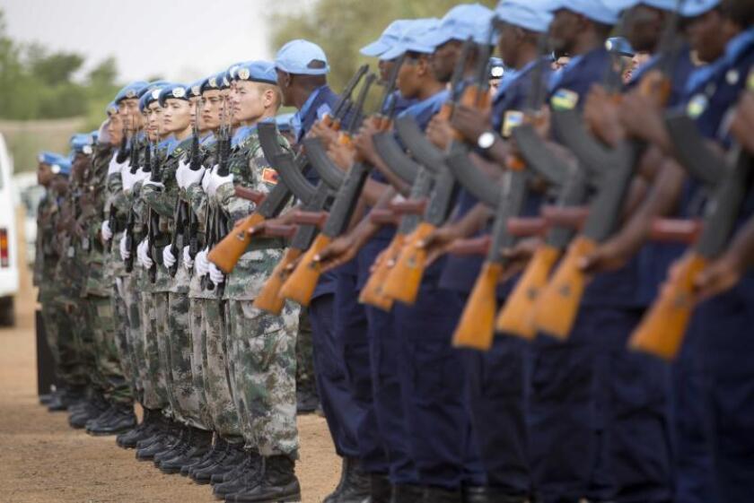 """Soldados de la ONU procedentes de Holanda, Bangladesh, China, Senegal y el Chad participan en una ceremonia con motivo de la celebración del Día Internacional de los """"cascos azules"""" en Gao, Mali. EFE/Archivo"""