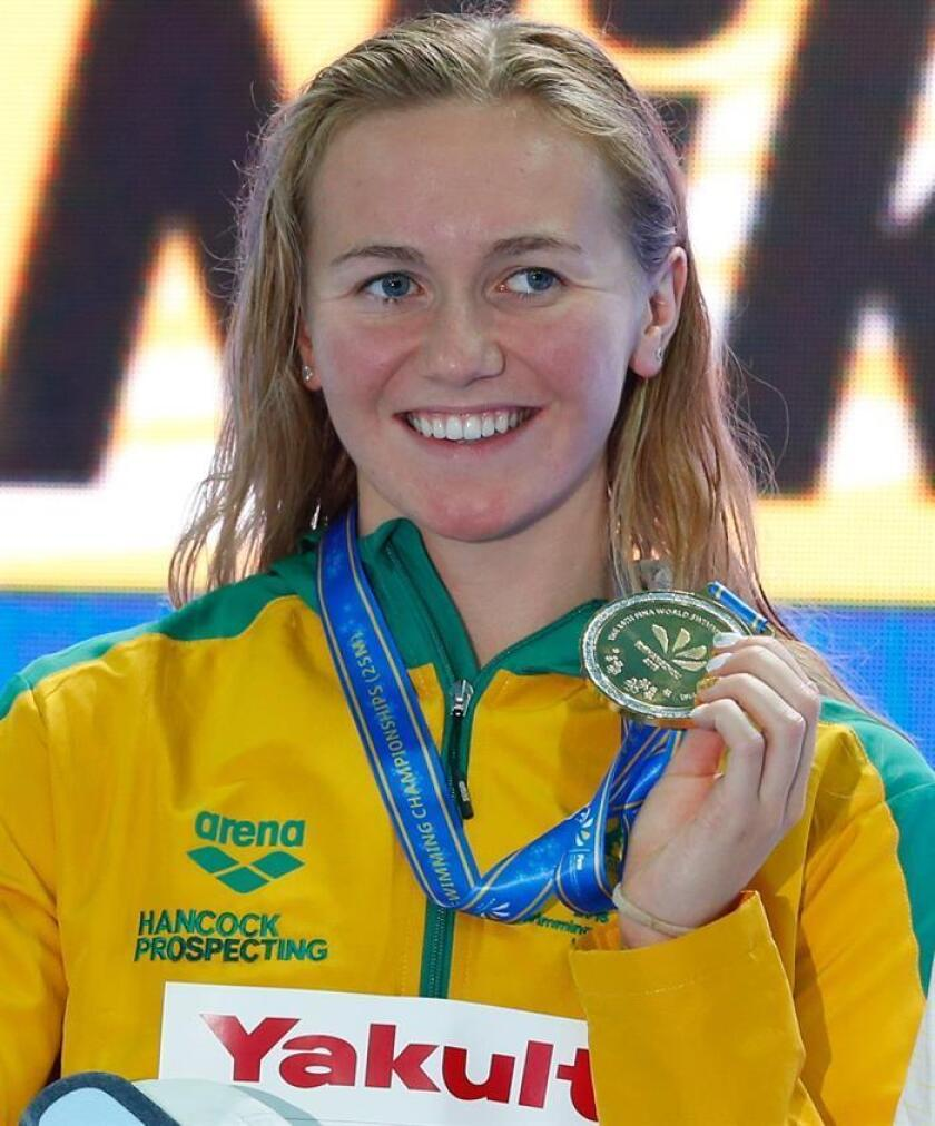 La nadadora australiana Ariarne Titmus celebra el oro tras su victoria en la final femenina de los 400m estilo libre de los campeonatos del mundo de natación en piscina corta en Hangzhou (China) hoy, 14 de diciembre de 2018. EFE/