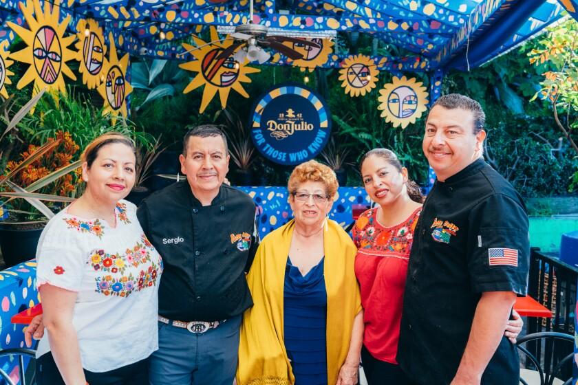 Sergio, el segundo a la izquierda, celebra 40 décadas de su negocio a lado de su familia