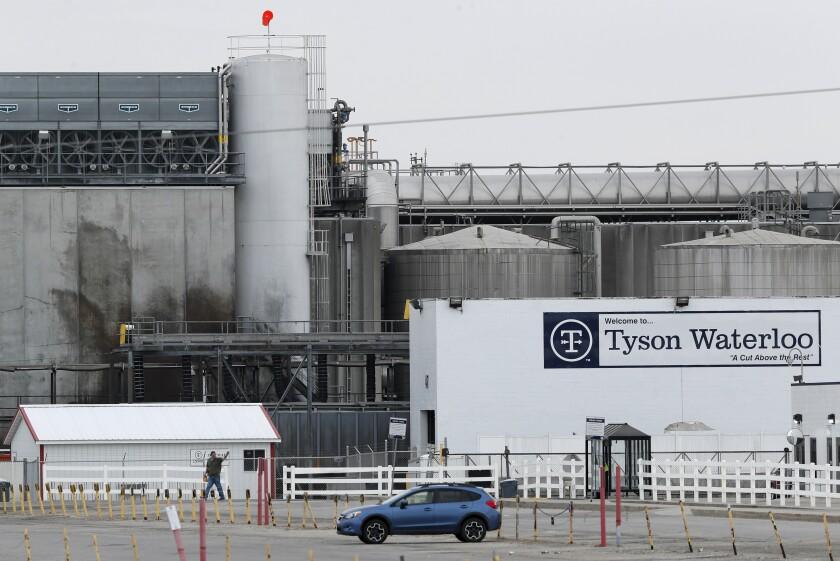 Los brotes de coronavirus en las instalaciones de empaque de carne como esta planta de Tyson Foods en Waterloo, Iowa, han interrumpido la cadena de suministro de alimentos de la nación.