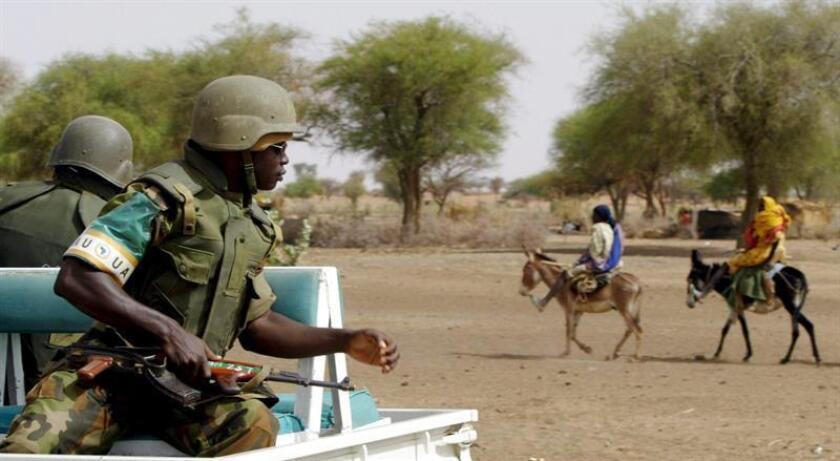 SUDÁN DEL SUR CONFLICTO:SUD02 EL FASHER (SUDÁFRICA), 19/07/2016.- Una imagen de archivo con fecha del 27 de abril de 2005 que muestra a las tropas de la Unión Africana (UA) patrullando en Muhujariya, al sur de Darfur, Sudán. Varios líderes africanos aprobaron hoy 19 de julio de 2016, el despliegue de tropas regionales de la UA provenientes de Kenia, Sudán, Uganda, Etiopía y Ruanda, hacia Sudán del Sur después de los recientes combates entre facciones leales por un lado al presidente sursudanés, Salvar Kir, y, del otro, a su vicepresidente y oponente político, Riek Machar, desde el pasado día 7, causando más de 300 muertos y el desplazamiento forzoso de 30.000 personas. EFE/KHALED ELFIQI