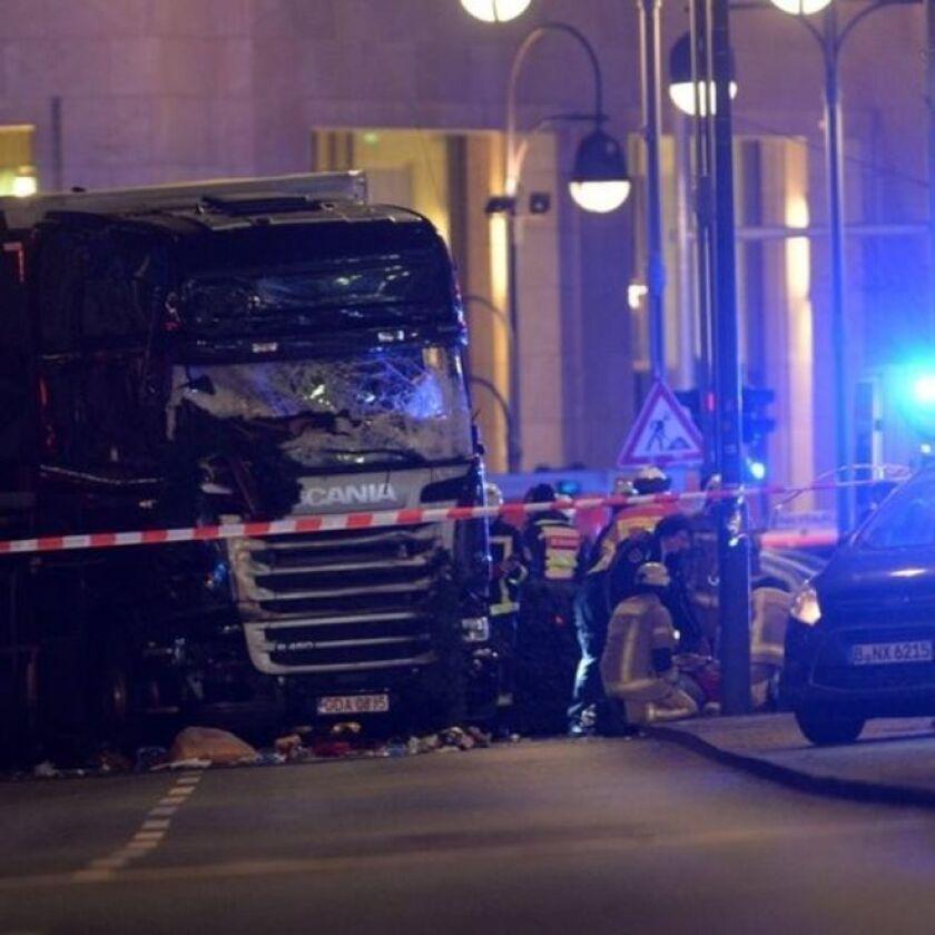 Al menos 12 personas murieron y medio centenar resultaron heridas, 18 de ellas de gravedad, este lunes cuando un camión irrumpió en un mercado navideño en Berlín, la capital de Alemania.
